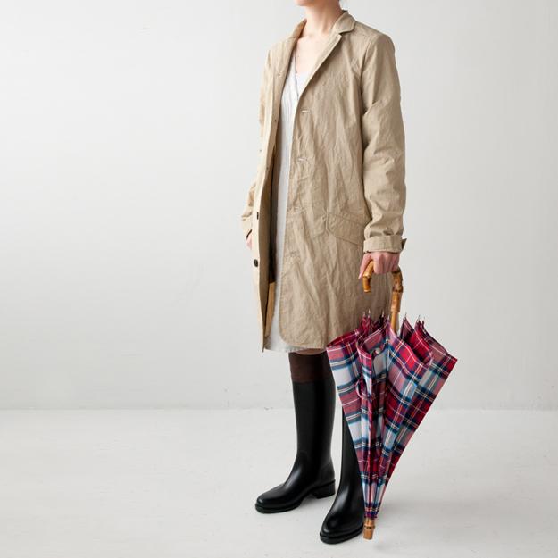 MAKIEのコートとチェックの傘
