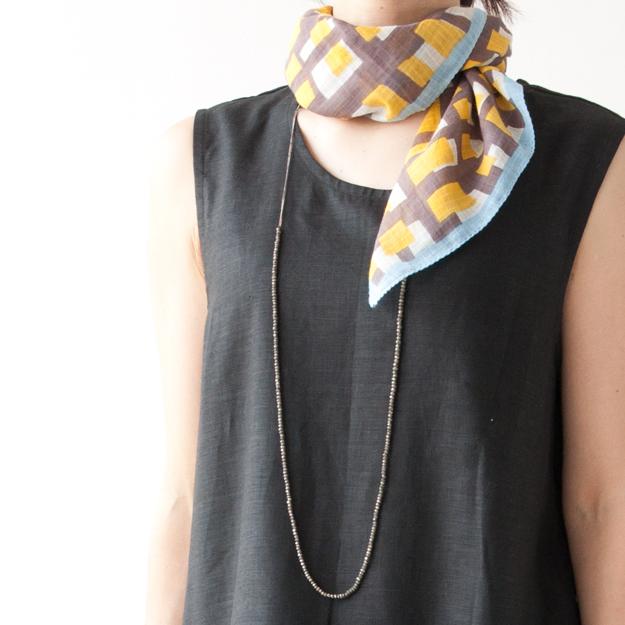 スカーフとネックレスの重ね使い