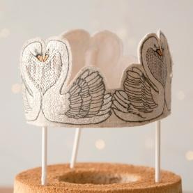 スワンの刺繍がゴージャスなケーキトッパー。特別感を演出してくれるとっておきのアイテムです。 ☆ コーラルアンドタスク ケーキトッパー http://goo.gl/YVRdpx クリスマスまであと9日...