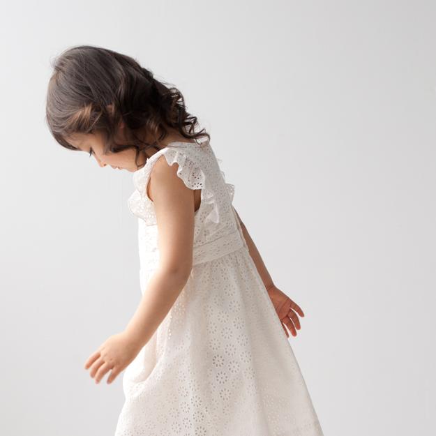 女の子の清楚な可愛らしさをひきたてるBONPOINTのアイレットレース ワンピースを着て…